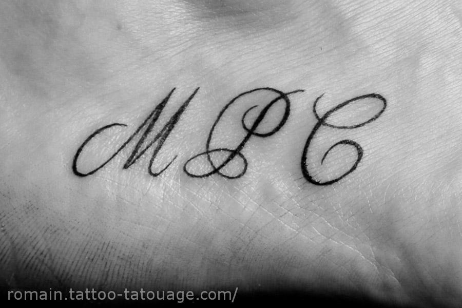 Tatouage d'un lettrage sur le pied - 3 initiales